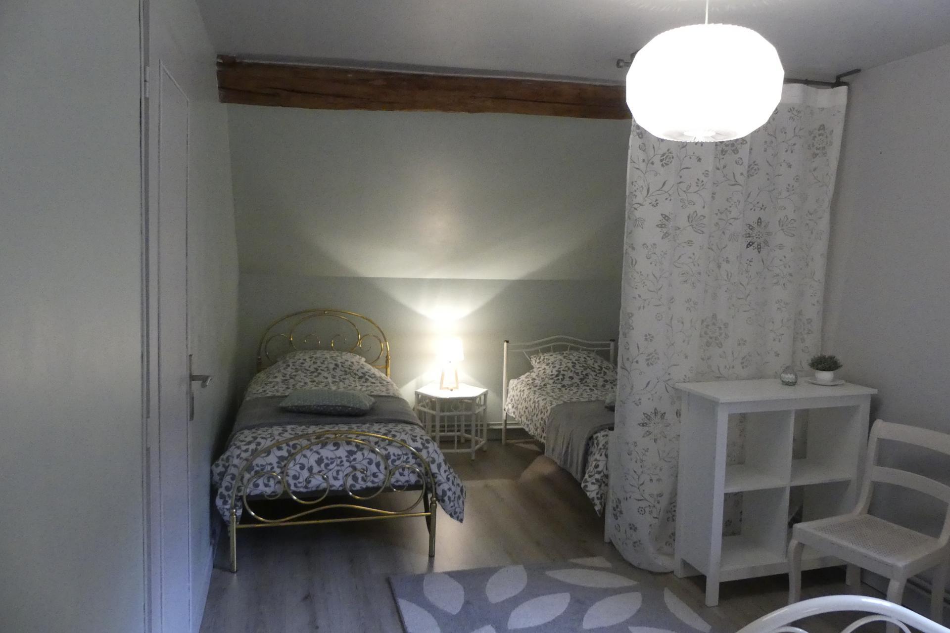 Vue de l'espace lits simples de la grande chambre