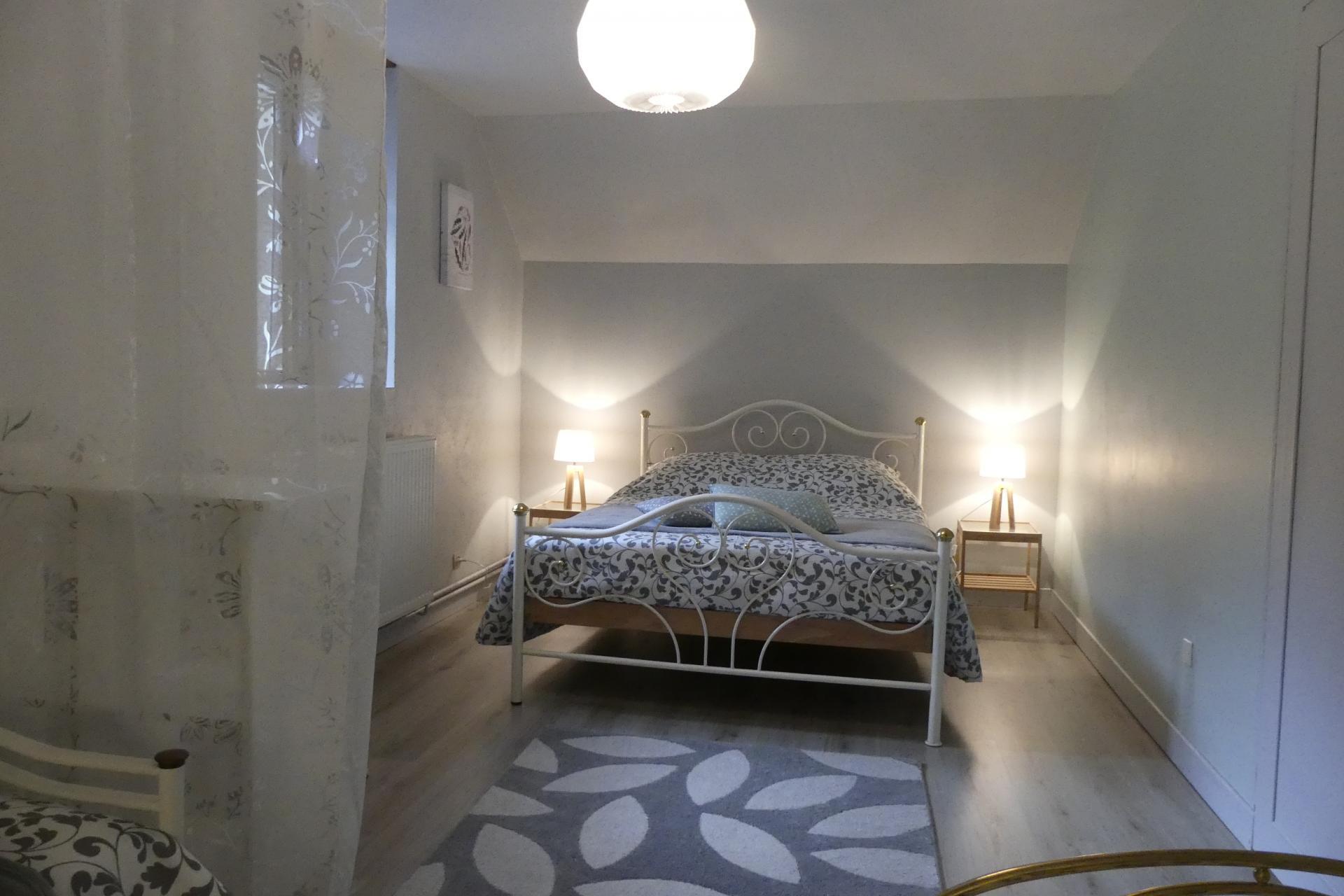 Aperçu de l'espace lit double de la grande chambre