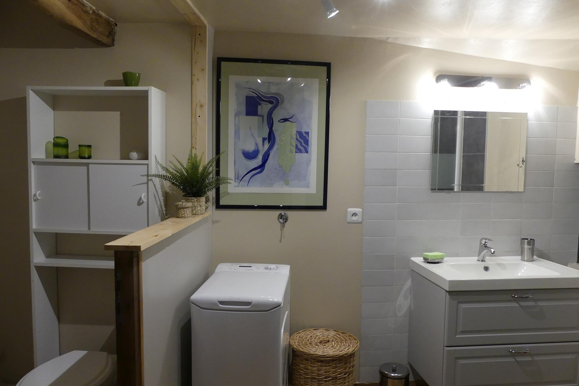 La salle de bain avec aperçu de l'espace séparé pour les WC