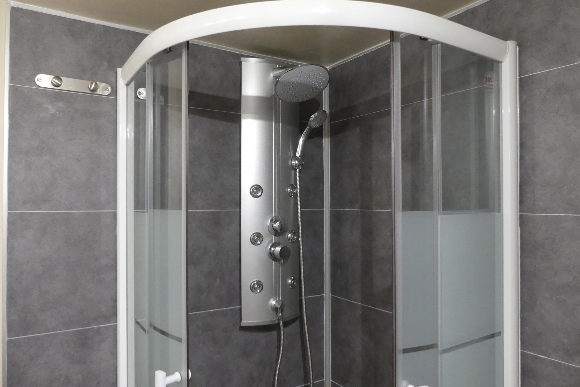 La cabine de douche avec jets hydromassants